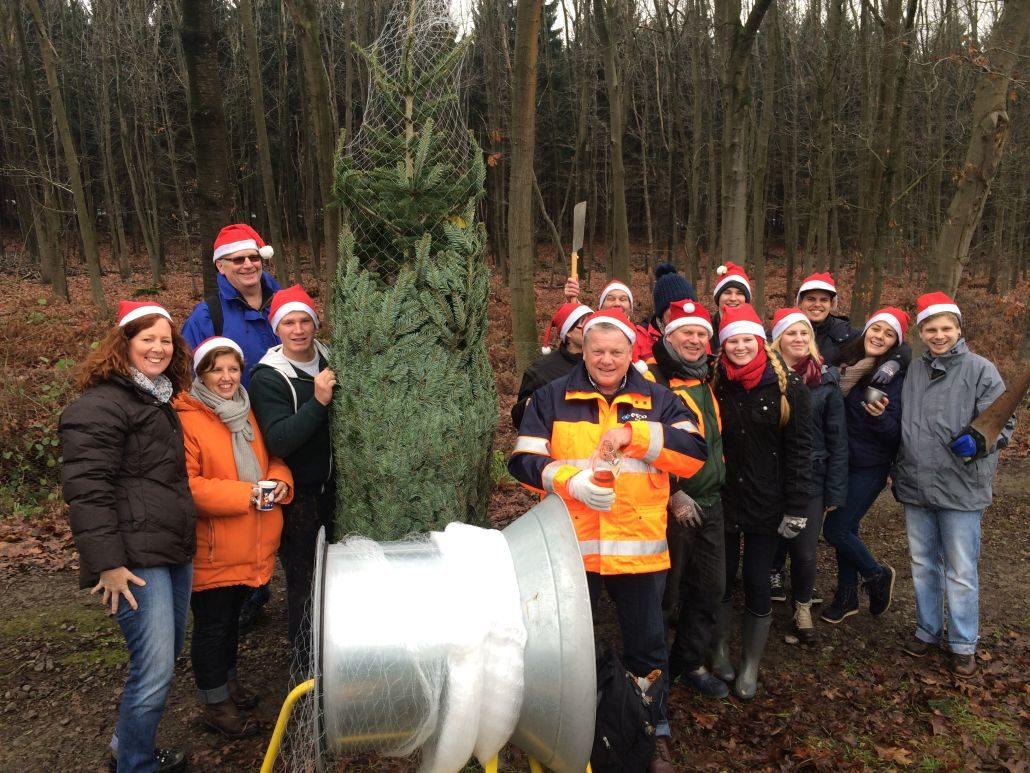 Firmenfeier mit Weihnachtsbaumschlagen