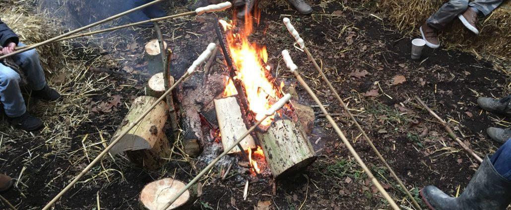 Lagerfeuer für frisches Stockbrot beim Weihnachtsbaumschlagen von Schloss Wissen