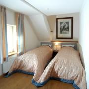 Schlafzimmer mit zwei Einzelbetten im Freiherrenzimmer Maria – Schloss Wissen