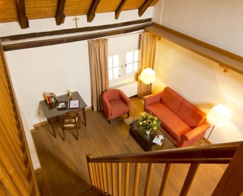 Wohnraum mit Schlafcouch im Königszimmer Walter – Schloss Wissen