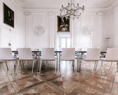 Weißer Salon mit Bestuhlung für Tagungen